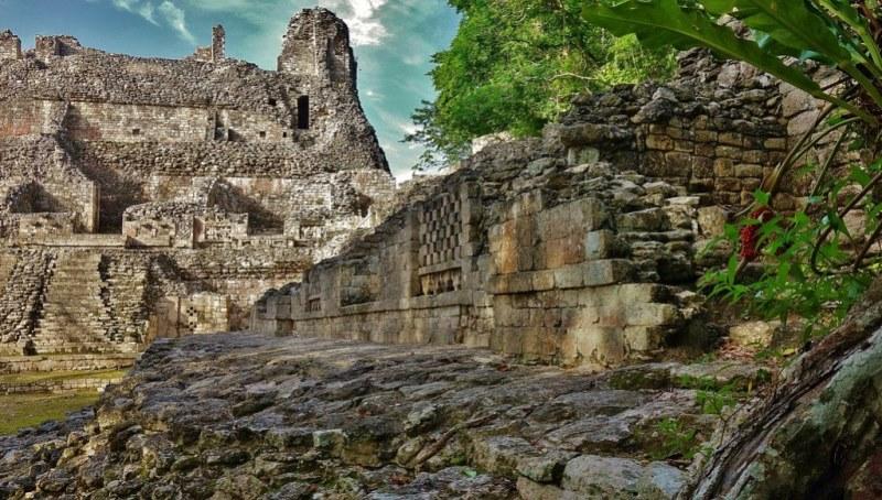 Becán , archeologische vindplaats en voormalig Maya-centrum.
